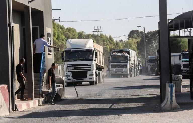 Las fuerzas de seguridad palestinas leales a la Autoridad Palestina permanecen en la entrada del cruce Kerem Shalom, el principal punto de paso para los bienes que ingresan a Gaza, en la ciudad de Rafah, al sur de la Franja de Gaza, el 9 de julio de 2018. (AFP PHOTO / SAID KHATIB)