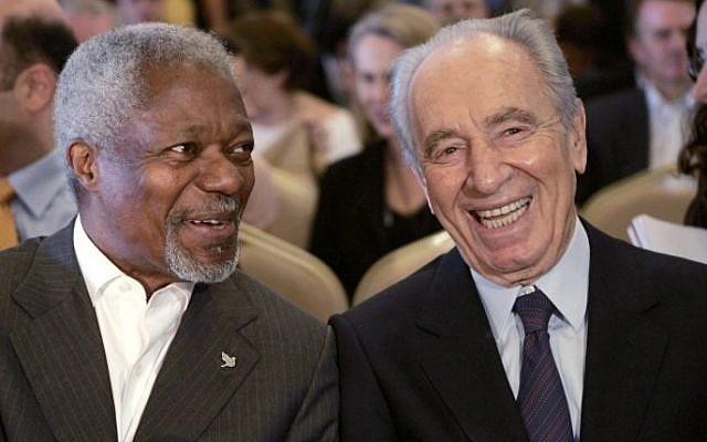 Foto de archivo del ex secretario general de la ONU Kofi Annan, izquierda, que ganó el Premio Nobel en 2001, con el fallecido presidente israelí Shimon Peres, ganador del Premio Nobel de 1994, durante una conferencia en Petra, Jordania, 15 de mayo de 2007. (AFP / Khalil MAZRAAWI)