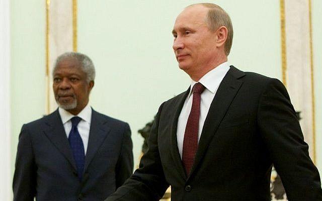 El presidente ruso, Vladimir Putin, camina mientras el enviado especial de las Naciones Unidas, Kofi Annan, mira antes de sus conversaciones en Moscú, martes, 17 de julio de 2012. (Crédito de la foto: Alexander Zemlianichenko / AP)