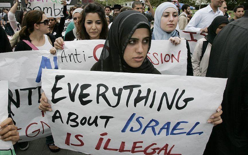 Ilustrativo: Estudiantes protestan en una manifestación contra Israel en la Universidad de California, Irvine.(Mark Boster / Los Angeles Times vía Getty Images / JTA)