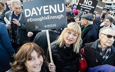 """Ilustrativo: Marie van der Zyl se une a los manifestantes en la protesta de marzo de """"Suficiente es suficiente"""" en el Parlamento del Reino Unido. (Cortesía)"""