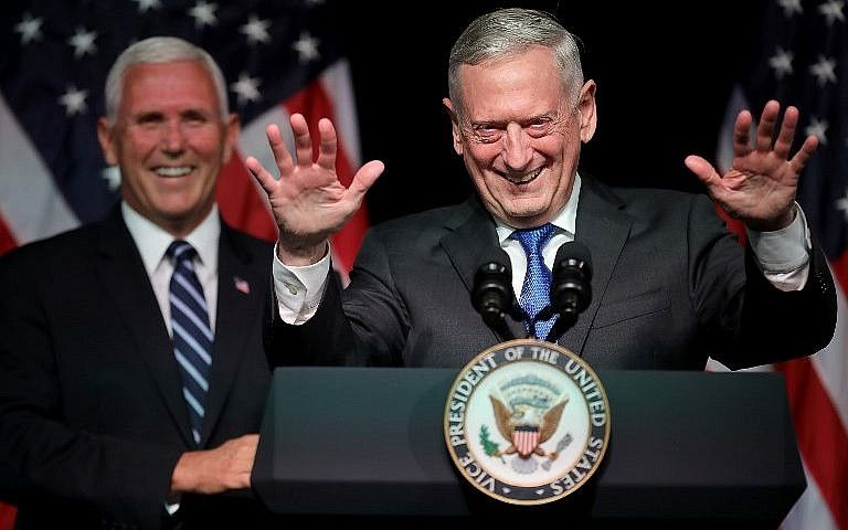 El Secretario de Defensa de los Estados Unidos James Mattis (R) presenta al Vicepresidente Mike Pence en el Pentágono el 9 de agosto de 2018 en Arlington, Virginia. (Chip Somodevilla / Getty Images / AFP)