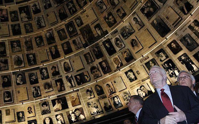 El senador John McCain, candidato presidencial de los EE. UU. Para el Partido Republicano, visita el Salón de los nombres en el Museo Conmemorativo del Holocausto Yad Vashem en Jerusalem el 18 de marzo de 2008. (Michal Fattal / Flash 90)
