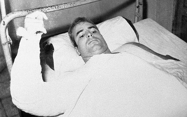 El teniente comandante de la marina estadounidense John S. McCain resulta herido en Vietnam del Norte en una foto sin fecha proporcionada por CBS. (CBS vía AP)