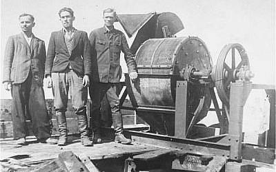 Presos judíos obligados a trabajar para una unidad Sonderkommando 1005 posan junto a una máquina trituradora de huesos en el campo de concentración de Janowska. (ushmm.org vía wikipedia)