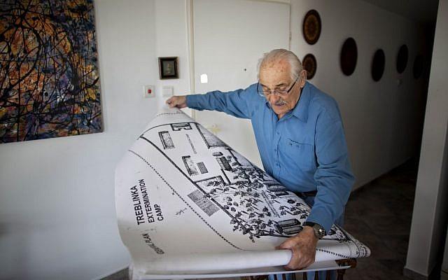 En esta foto de archivo del 31 de octubre de 2010, el sobreviviente del Holocausto Samuel Willenberg muestra un mapa del campo de exterminio de Treblinka durante una entrevista con Associated Press en Tel Aviv, Israel. (AP Photo / Oded Balilty, archivo)