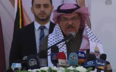 El enviado de Qatar en Gaza, Mohammad al-Amadi, pronuncia una ceremonia en la ciudad de Gaza en honor a la construcción de la nueva ciudad de Hamad el 16 de enero de 2017. (Captura de pantalla / YouTube)