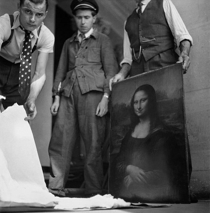 "Jacques Jaujard junto a la obra que consiguió salvar y que inspiró la historia del libro ""Salvando a la Mona Lisa"" de Gerri Chanel"