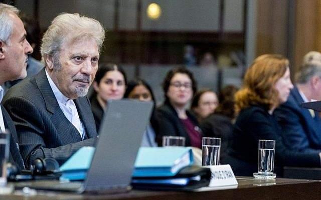 Mohsen Mohebi (L), representante de Irán, aparece en la fotografía durante la apertura del caso entre Irán y Estados Unidos en la Corte Internacional de Justicia en La Haya, Holanda, el 27 de agosto de 2018. (AFP Photo / ANP / Jerry Lampen)