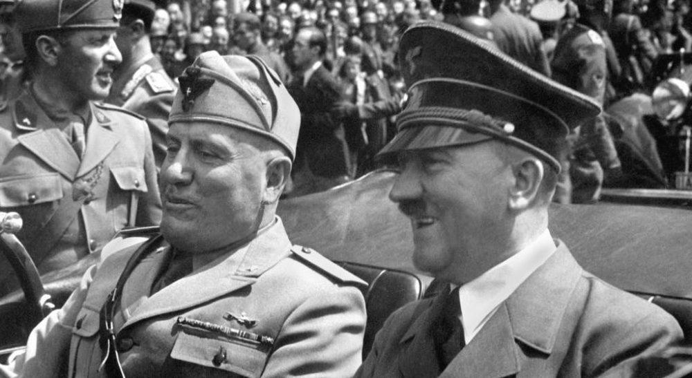 Mussolini y Hitler durante un desfile que celebra su alianza (dominio público)
