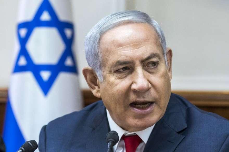 El primer ministro Benjamin Netanyahu habla durante la reunión semanal del gabinete en su oficina en Jerusalem el 12 de agosto de 2018. (AFP PHOTO / POOL / JIM HOLLANDER)