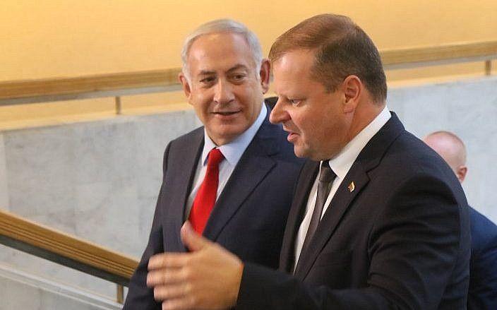 El primer ministro israelí, Benjamin Netanyahu (izq.), Habla con su homólogo lituano, Saulius Skvernelis, en Vilnius, Lituania, el 23 de agosto de 2018. (AFP / Petras Malukas)