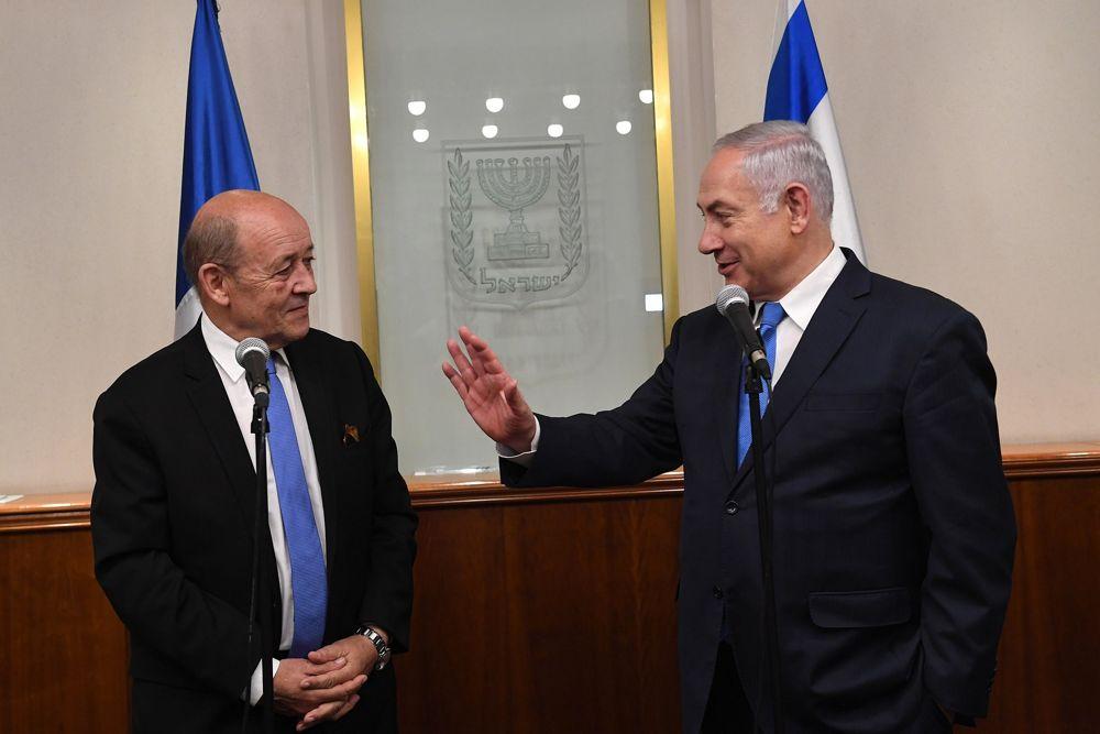 El primer ministro Benjamin Netanyahu (r) se reúne con el ministro de Asuntos Exteriores francés Jean-Yves Le Drian el 26 de marzo de 2018. (Kobi Gideon / GPO)