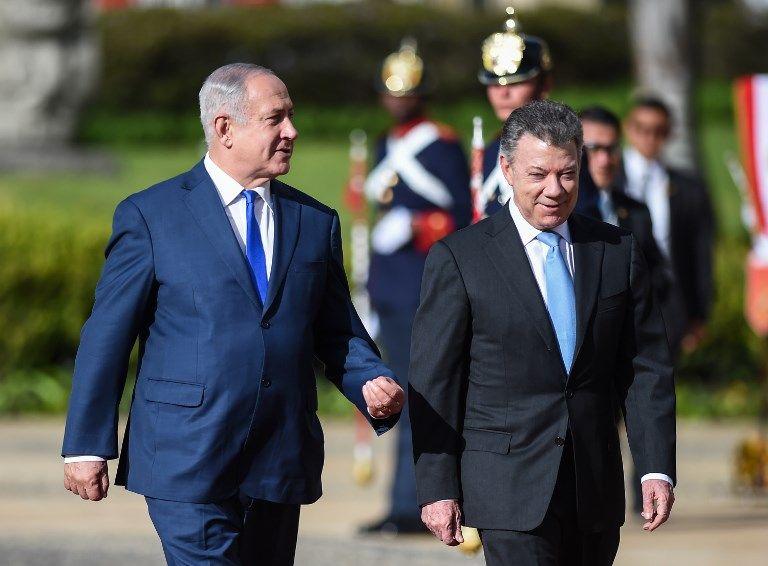 El primer ministro israelí Benjamin Netanyahu (izq.) Y el presidente colombiano Juan Manuel Santos (r) asisten a una ceremonia para recibir al líder israelí en el palacio de Nariño en Bogotá el 13 de septiembre de 2017. (AFP PHOTO / Raul Arboleda)