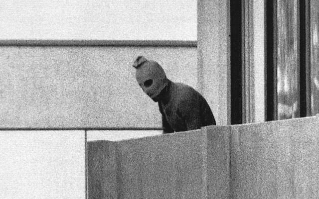 Un miembro del grupo terrorista palestino Black September, que mató a 11 miembros del equipo olímpico israelí, durante los Juegos Olímpicos de 1972 en Munich. (AP / Kurt Strumpf)