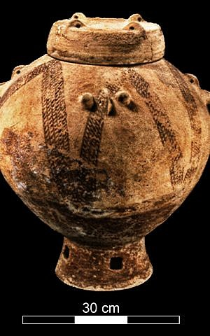 Frasco de entierro decorado del período calcolítico excavado en la cueva Peki'in (Mariana Salzberger, cortesía de la Autoridad de Antigüedades de Israel)
