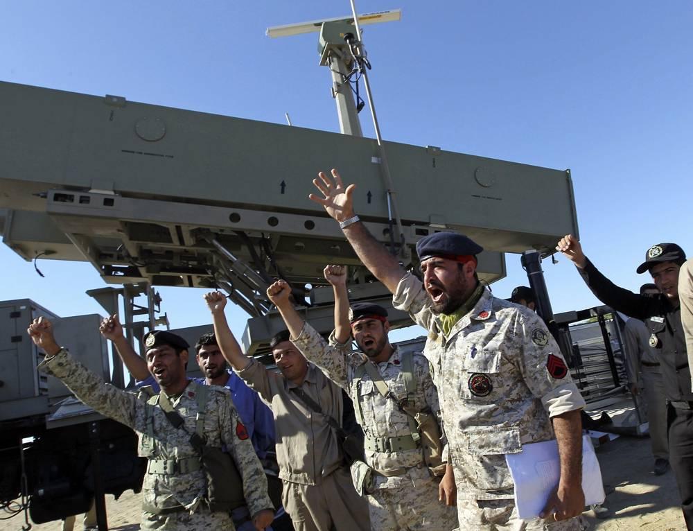 El personal de la armada iraní celebra después de lanzar con éxito un misil Ghader desde el área del puerto de Jask en las costas del Golfo de Omán durante un simulacro cerca del estrecho de Hormuz, martes 1 de enero de 2013. (AP / Jamejam Online, Azin Haghighi)