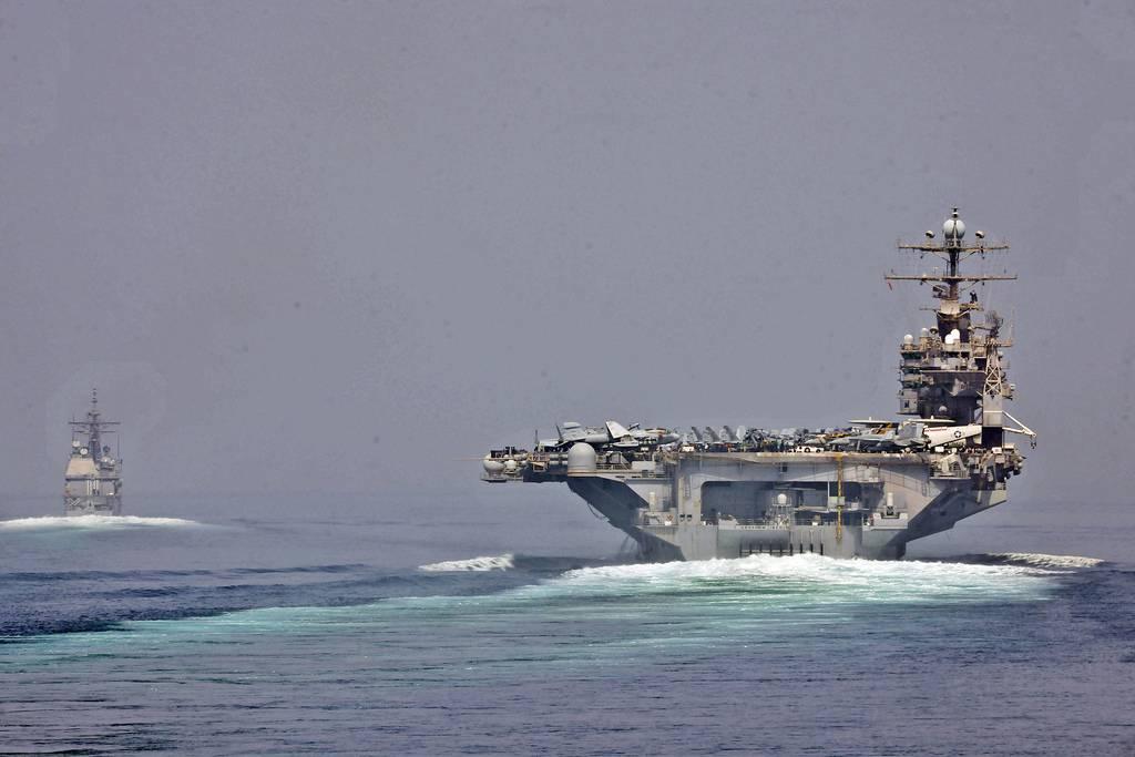 Ilustrativo: El crucero de misiles guiados USS Cape St. George y el portaaviones USS Abraham Lincoln transitan por el estrecho de Hormuz (CC-BY SA 3.0 / Official Navy US Imagery)