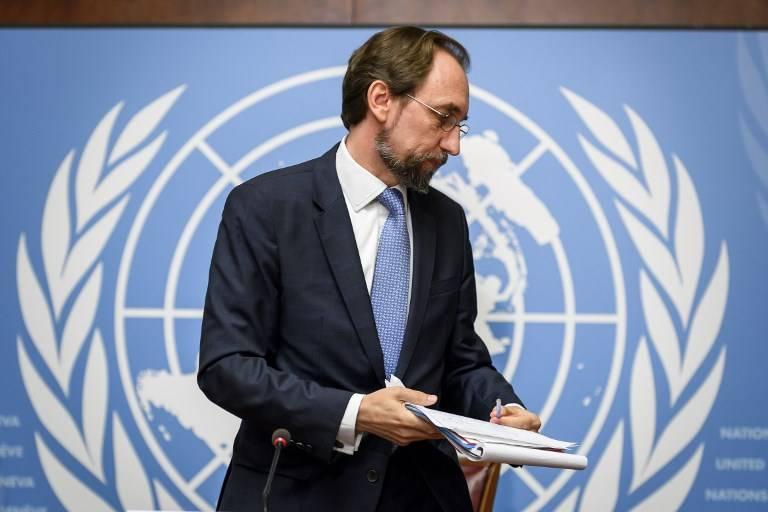 Esta foto tomada el 30 de agosto de 2017 en Ginebra muestra que el Alto Comisionado de las Naciones Unidas para los Derechos Humanos, Zeid Ra'ad Al Hussein, se va después de una conferencia de prensa en las oficinas de la ONU en Ginebra.(AFP / Fabrice COFFRINI)