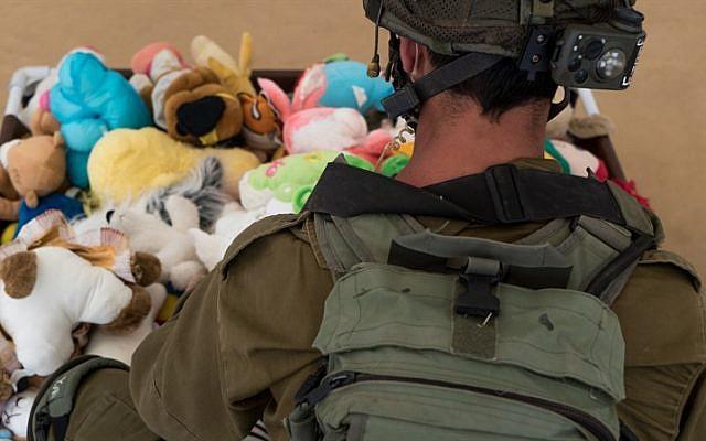Un soldado de las FDI y juguetes para niños en la clínica de campo Mazor Ladach en los Altos del Golán, donde soldados y voluntarios extranjeros brindaron atención médica a unos 6.800 sirios entre agosto de 2017 y agosto de 2018. (Unidad de Portavoz de la FDI)