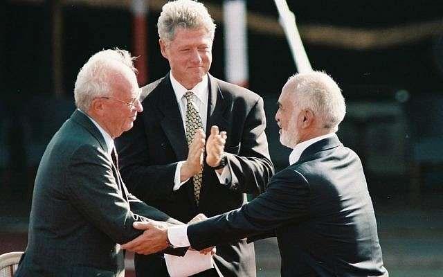 El primer ministro israelí, Yitzhak Rabin (izquierda) estrecha la mano del rey Hussein de Jordania en la firma del tratado de paz bilateral, octubre de 1994 (crédito de la foto: Nati Shohat / Flash 90)