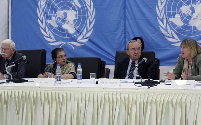 El juez Richard Goldstone (segundo desde la derecha) y Christine Chinkin (derecha) en audiencias públicas en 2009 sobre presuntas violaciones israelíes cometidas durante la Operación Plomo Fundido.(UN / Flash 90)