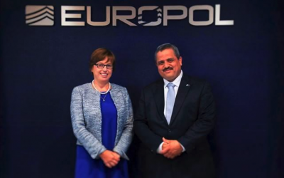 El comisario de policía de Israel, Roni Alsheich, con la directora ejecutiva de Europol, Catherine De Bolle, en La Haya, el 17 de julio de 2018. (cortesía de Europol)