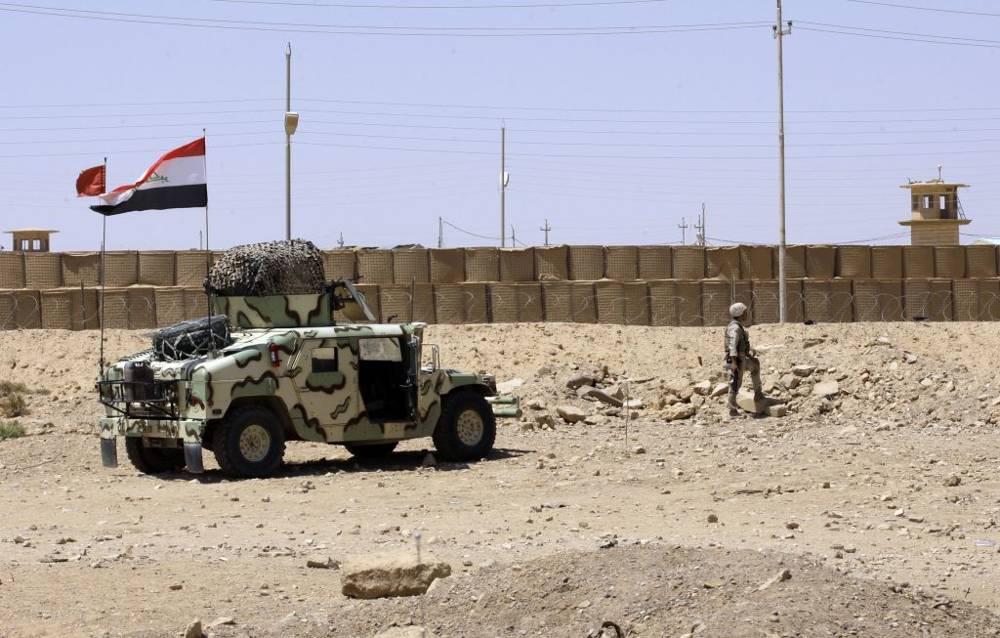 Un soldado iraquí monta guardia en Qaim, cerca de la frontera siria, en el valle del río Eufrates a 200 millas (320 kilómetros) al oeste de Bagdad, Irak.(Crédito de la foto: AP Photo / Khalid Mohammed)