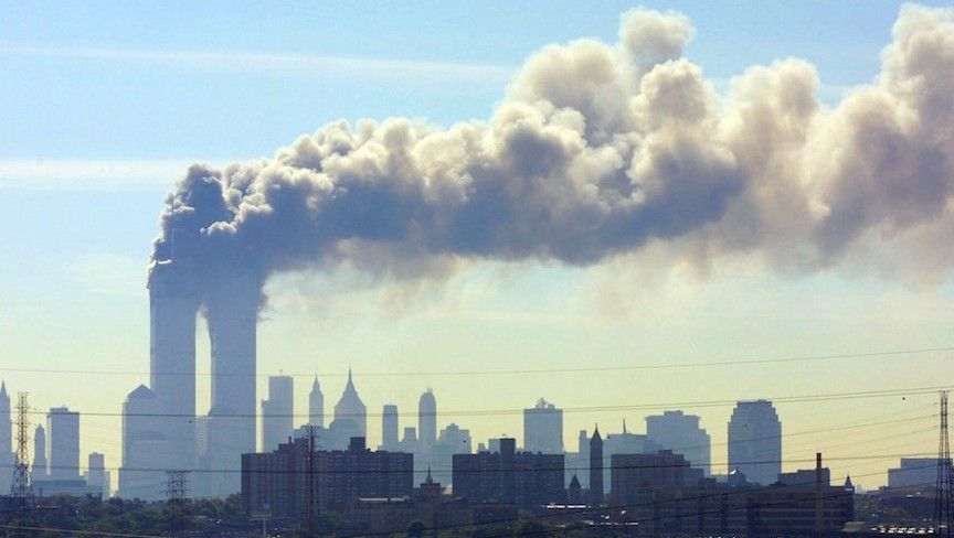 Visto desde New Jersey Turnpike, humo de las Torres Gemelas del World Trade Center en la ciudad de Nueva York después de que los aviones se estrellaran en ambas torres, el 11 de septiembre de 2001. (JTA / AP / Gene Boyars)
