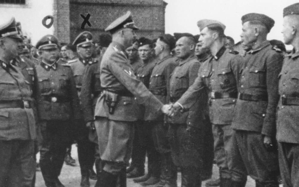 Esta foto de 1942 proporcionada por la fiscalía de Hamburgo a través del Museo Conmemorativo del Holocausto de Estados Unidos muestra a Heinrich Himmler, centro izquierda, estrechando la mano de los nuevos reclutas de la guardia en el campo de concentración de Trawniki en la Polonia ocupada por los nazis.(Fiscalía en Hamburgo a través del Museo Memorial del Holocausto de los Estados Unidos vía AP)