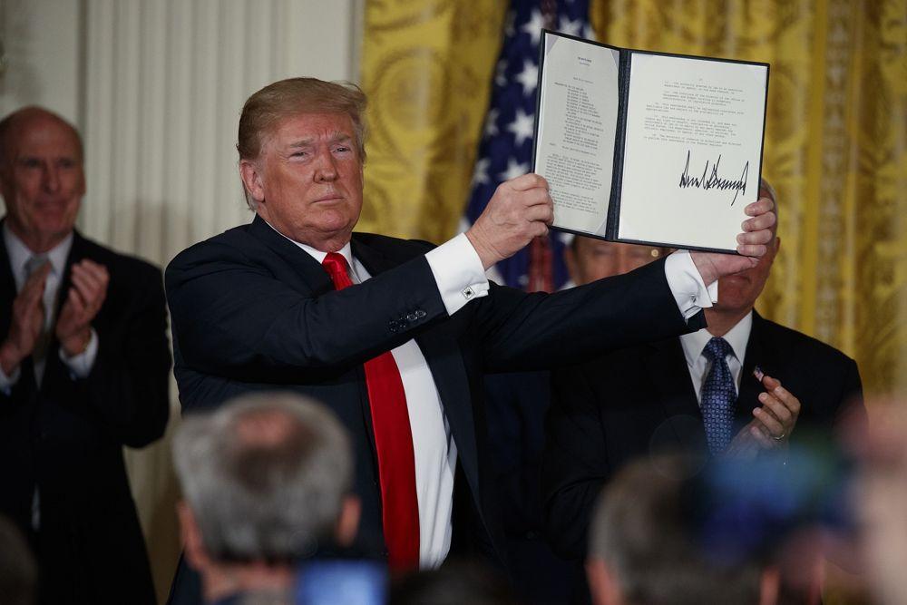 El presidente de EE. UU., Donald Trump, muestra una 'Directiva de Política Espacial' después de firmarla durante una reunión del Consejo Nacional del Espacio en la Casa Blanca el 18 de junio de 2018. (AP Photo / Evan Vucci)