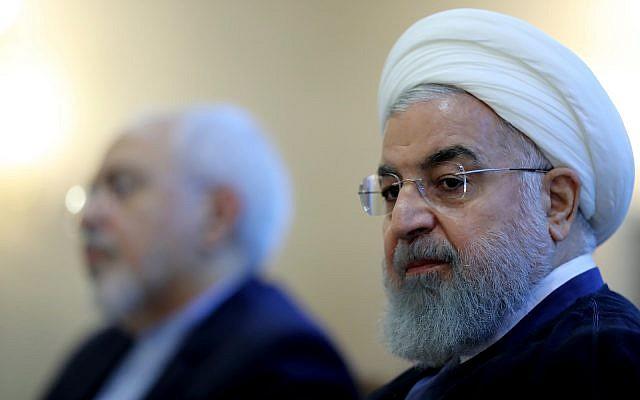 En esta foto publicada por el sitio web oficial de la oficina de la Presidencia iraní, el presidente Hassan Rouhani asiste a una reunión con un grupo de funcionarios de la cancillería en Teherán, Irán. Domingo, 22 de julio de 2018. (Oficina de la Presidencia iraní a través de AP)