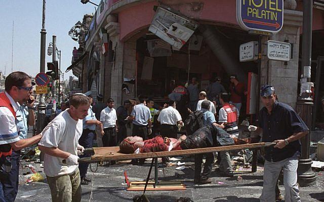 Las consecuencias de un atentado suicida en un restaurante Sbarro en Jerusalén el 9 de agosto de 2001, que mató a 15 personas e hirió a más de 100. (Flash90)