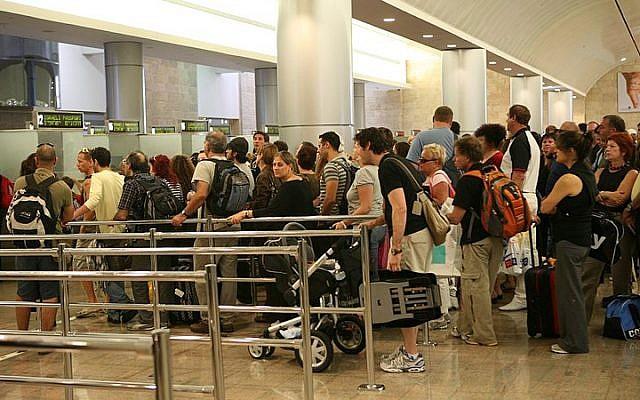 Personas haciendo cola para pasar por el control de pasaportes en el Aeropuerto Internacional Ben Gurion en Israel. (Yossi Zamir / Flash90)