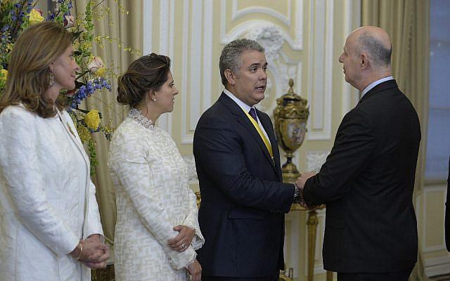 El Ministro de Cooperación Regional Tzachi Hanegbi se reúne con el Presidente entrante de Colombia, Iván Duque, en Bogotá, el 7 de julio de 2018 (cortesía)