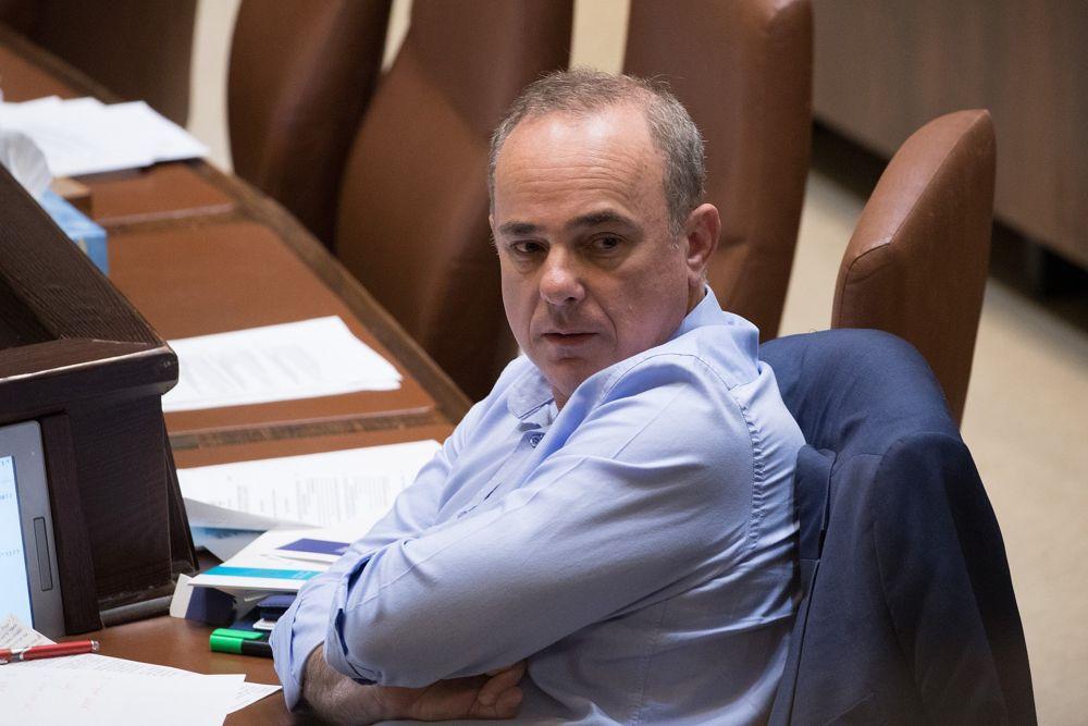 El ministro de Energía, Yuval Steinitz, asiste a una sesión plenaria en la Knéset en Jerusalem, el 23 de mayo de 2018. (Yonatan Sindel / Flash 90)