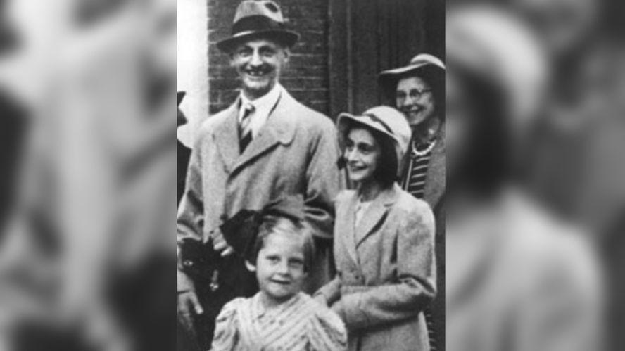 Ana sonríe feliz al lado de su padre, Otto Frank.