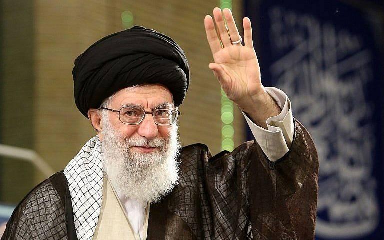 El 30 de abril de 2018, en la foto de un folleto proporcionado por la oficina del Líder Supremo de Irán, se muestra al ayatolá Ali Khamenei saludando a la multitud mientras pronuncia un discurso durante el Día del Trabajo.(AFP PHOTO / Sitio web del líder supremo iraní / HO)