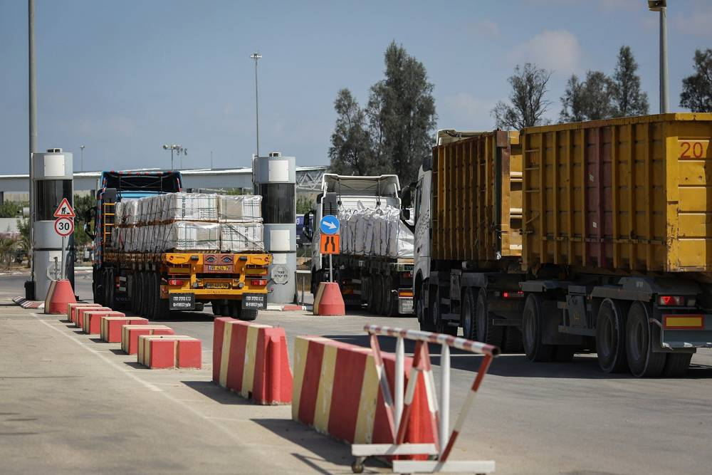 Los camiones cargados con mercancías hacen entregas a la Franja de Gaza después de que se abriera el cruce Kerem Shalom el 15 de agosto de 2018. (Flash 90)