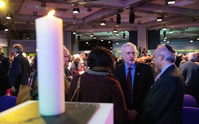 El líder del Partido Laborista del Reino Unido Jeremy Corbyn, en el centro, hablando con los invitados durante un evento del Día Nacional del Holocausto en Londres, 26 de enero de 2017. (Jack Taylor / Getty Images)