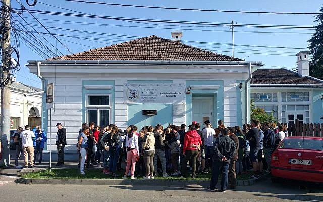 Un grupo de estudiantes rumanos de la escuela secundaria que esperan afuera de la casa de la infancia de Elie Wiesel para hacer un recorrido por el museo del Holocausto, el lunes, 11 de septiembre de 2017. (Yaakov Schwartz / Times of Israel)