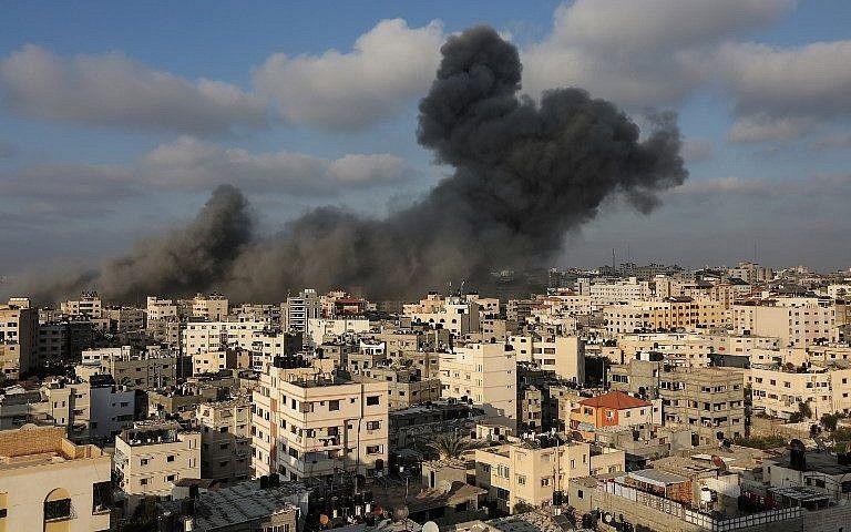 Una columna de humo se eleva desde los restos de un edificio al oeste de la ciudad de Gaza que fue atacado por la Fuerza Aérea israelí en respuesta a un ataque con cohetes que golpeó el sur de Israel el 9 de agosto de 2018. (AFP Photo / Mahmud Hams)