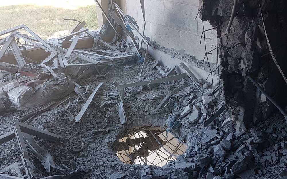 Un oficial de policía inspecciona el daño a un sitio de construcción en la ciudad de Sderot, en el sur de Israel, cerca de la frontera de Gaza tras un lanzamiento de cohete, el 9 de agosto de 2018. (Policía de Israel)