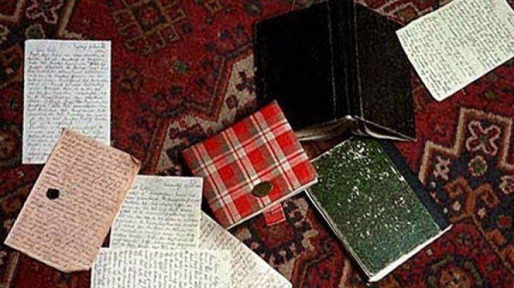 Ana recibió el diario como uno de los regalos por su decimotercer cumpleaños, el 12 de junio de 1942. En él comenzó a escribir sus vivencias durante los días en el escondite.