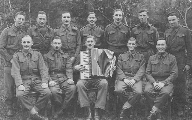 Alec Jay (última fila, centro) en cautiverio en 1942 (John Jay)