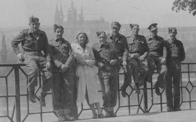 Alec Jay (2nd L) en Praga, mayo de 1945 (John Jay)