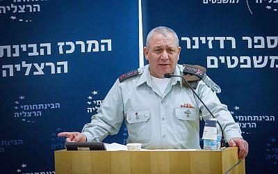 El Jefe de Gabinete de las FDI Gadi Eisenkott habla en una conferencia en el Centro Interdisciplinario en Herzliya el 2 de enero de 2018. (FLASH90)