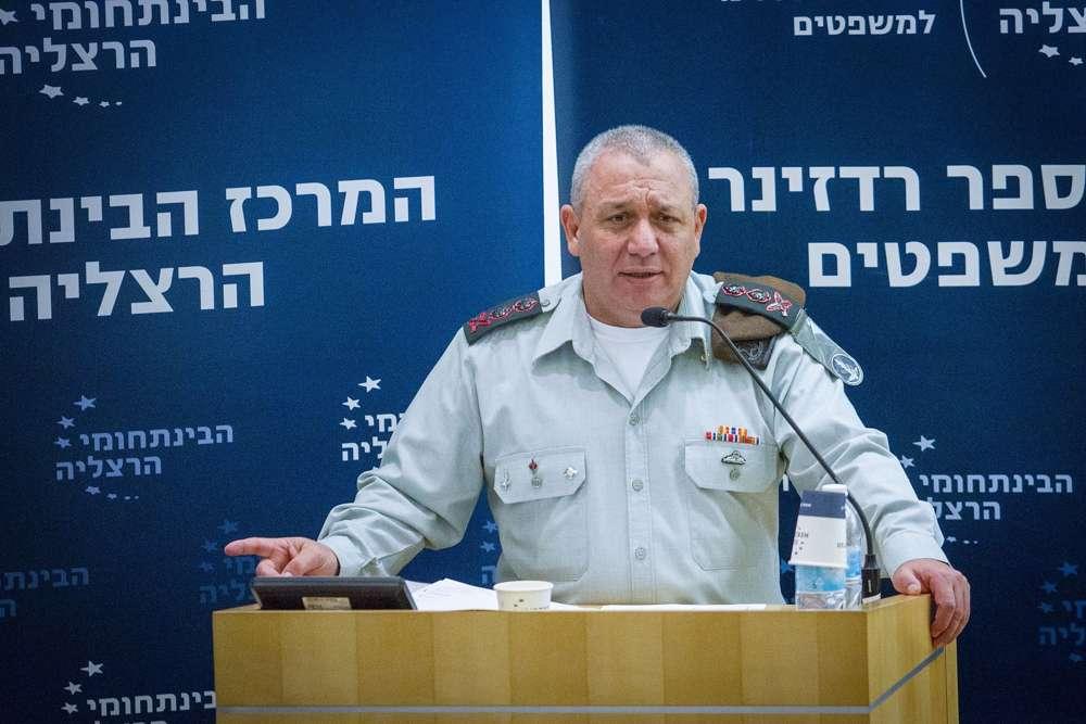 El Jefe de Gabinete de las FDI Gadi Eisenkott habla en una conferencia en el Centro Interdisciplinario en Herzliya el 2 de enero de 2018. (FLASH 90)