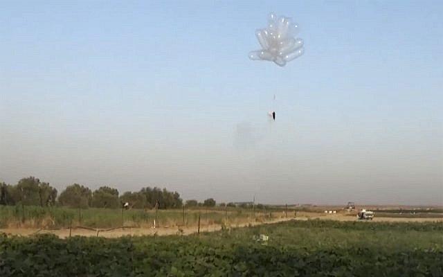 Lanzamiento de globos incendiarios en Israel desde la Franja de Gaza en mayo de 2018. (Captura de pantalla: noticias Quds)