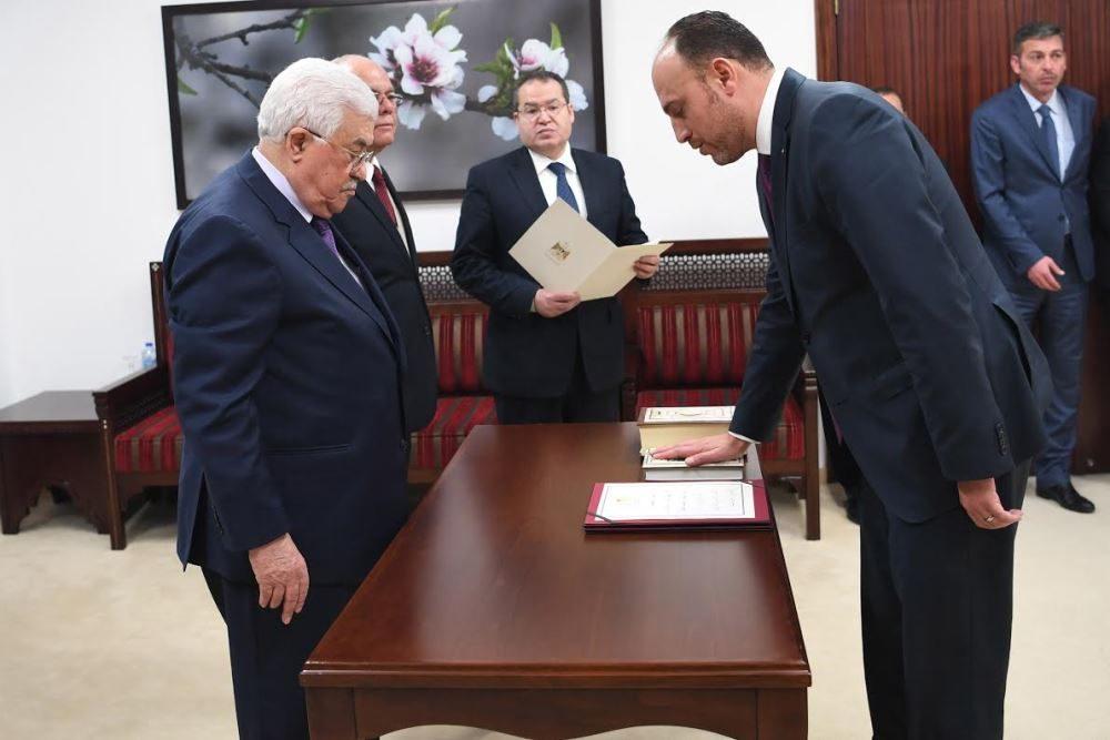 Husam Zomlot prestó juramento frente al presidente de la AP, Mahmoud Abbas, como jefe de la delegación general de la OLP en los Estados Unidos el 7 de marzo (Usama Falah-WAFA)
